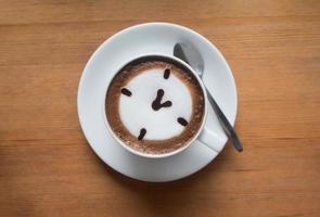 uma xícara de café com leite quente foto
