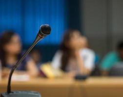 foco suave do microfone na sala de conferências
