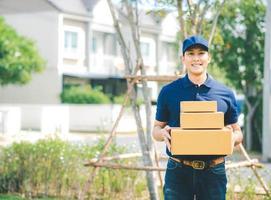 entregador asiático de uniforme azul