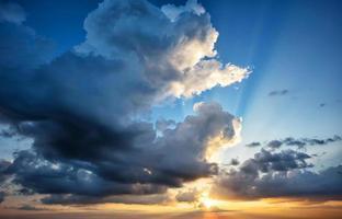 céu dramático com sol poente foto