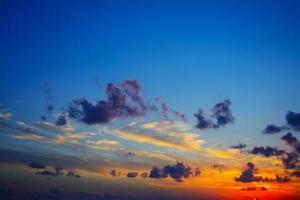 céu colorido ao pôr do sol