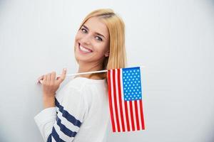 menina segurando bandeira dos EUA