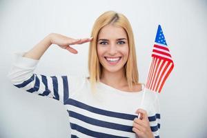 mulher patriótica segurando bandeira dos EUA