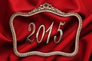 dourado 2015 em uma moldura antiga em fundo de seda vermelha