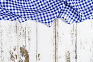 toalha de mesa dobrada azul sobre mesa de madeira