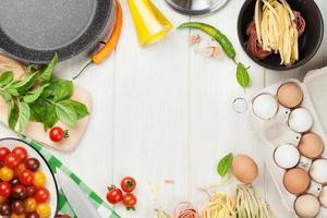 Ingredientes e utensílios para cozinhar massas