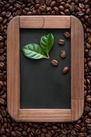 quadro-negro e grãos de café foto