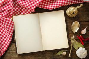 livro de receitas aberto com utensílios de cozinha
