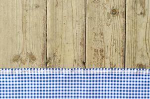 toalha de mesa azul sobre mesa de madeira foto