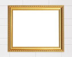 moldura dourada em branco na parede de cimento