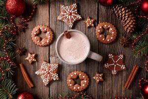 xícara de chocolate quente ou cacau com estrelas e redondo foto