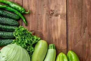 os vegetais verdes na mesa de madeira foto