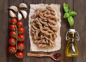 macarrão de trigo integral, vegetais, ervas e azeite