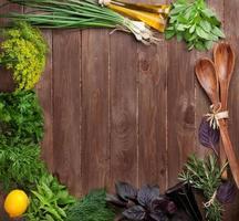 ervas e condimentos frescos do jardim foto