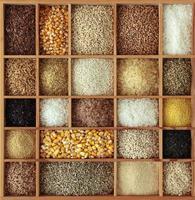 cereais em caixa de madeira