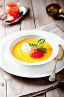 sopa de abóbora com creme e caviar de salmão vermelho