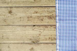 toalha de mesa azul sobre mesa de madeira