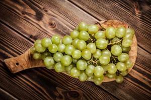 Uvas deliciosas na mesa da cozinha