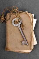 velha chave usty e livro antigo