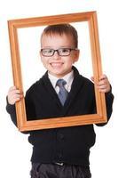 menino inteligente sorridente em moldura de madeira