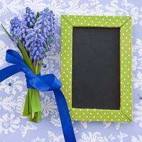 jacintos frescos e um quadro-negro emoldurado