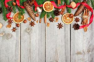 decoração de natal com abeto, laranjas, cones, especiarias