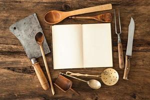 livro de receitas e utensílios de cozinha
