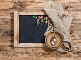 menu quadro-negro vista superior na tigela da mesa, colher foto