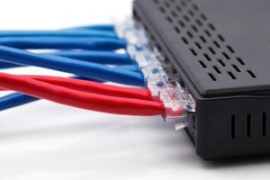 switch de rede lan com cabos ethernet conectados foto