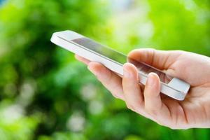 mulher usando um telefone inteligente foto
