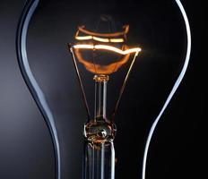 lâmpada sobre fundo escuro