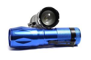 duas lanternas compactas em um fundo branco