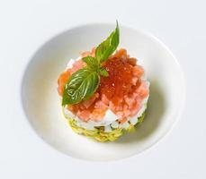 refeição de caviar vermelho em um prato branco foto