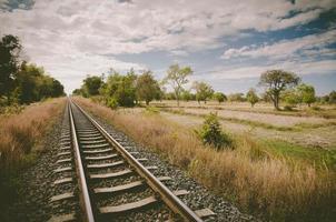 ferrovia e céu foto