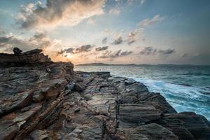 pedra e céu à beira-mar