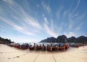 barcos céu mar montanha tailândia