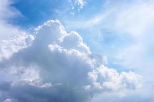 belas nuvens no céu azul foto