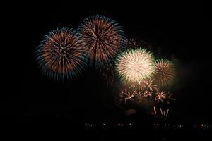 fogos de artifício coloridos sobre o céu escuro