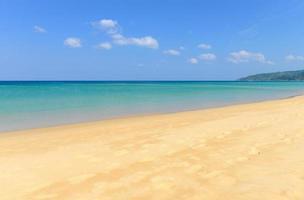 praia tropical e céu azul