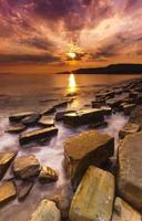 céus dramáticos sobre a costa dorset