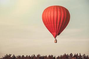 balão vermelho no céu foto