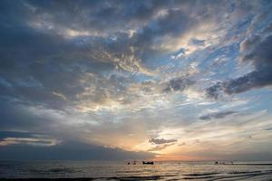 pôr do sol sobre o mar holandês