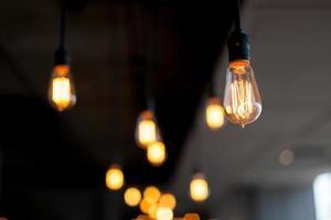 as lâmpadas brilhantes penduradas no teto foto