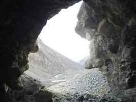 de dentro de uma caverna foto