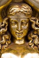 faixa de cabelo mulher dourada foto