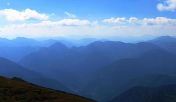 paisagem cênica, picos de montanhas na névoa azul
