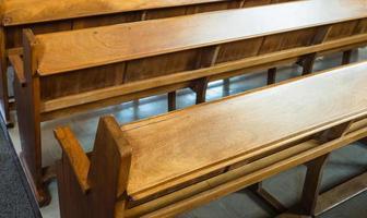 bancos de igreja vazios foto