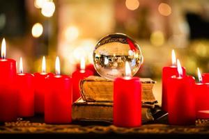 bola de cristal à luz de velas para profetizar foto
