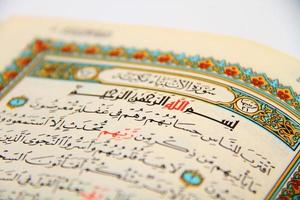 páginas do livro sagrado do Alcorão foto