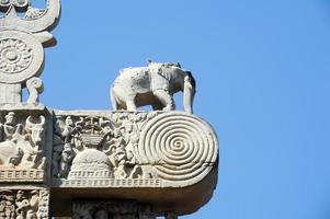 detalhe do portão da grande estupa budista em sanchi foto